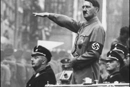 Hitler saldando