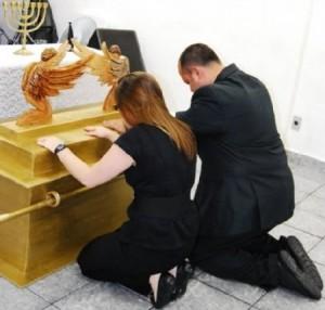 Evangélicos adorando uma réplica da arca da Aliança