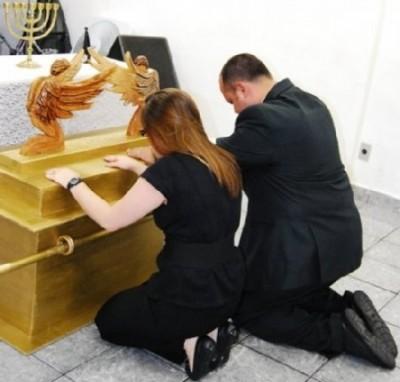 Pastores adorando uma falsa arca da antiga aliança